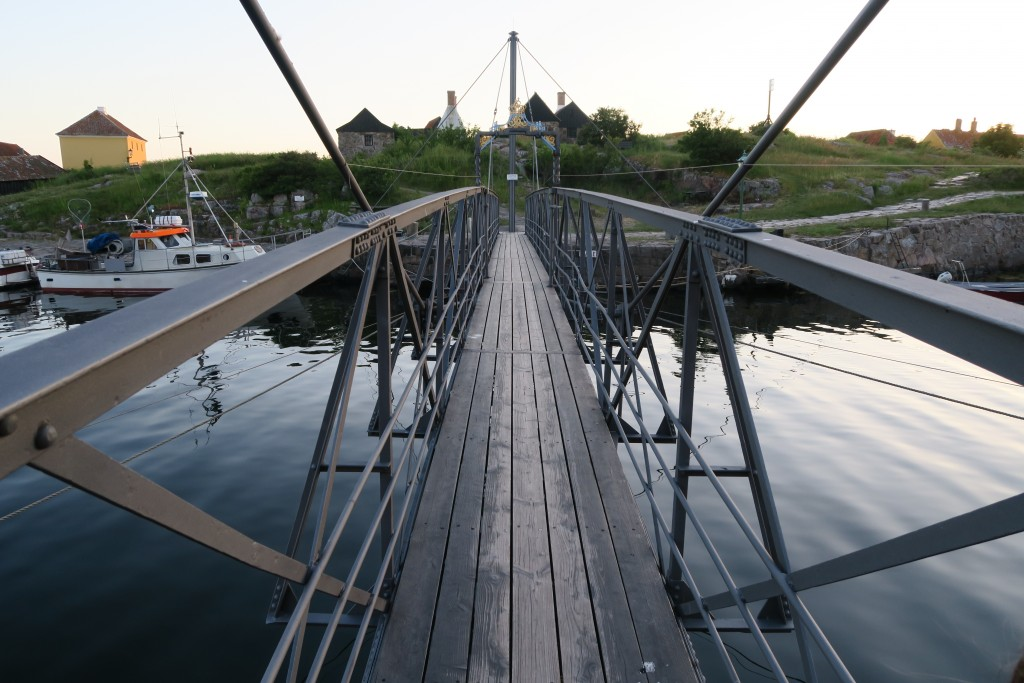 alte Drehbrücke mit Fischerboot daneben