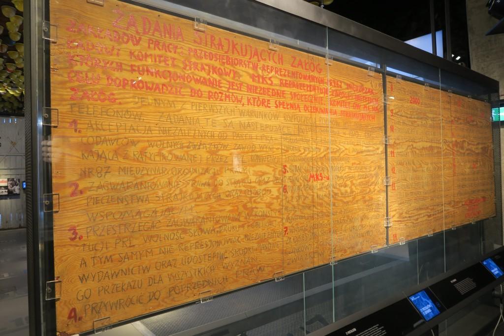 """Tafeln (Sperrholzplatten) mit 21 Forderungen, die an Werktor 2 angeschlagen waren - jetzt aufgenommen in das UNESCO """"Gedächtnis der Menschheit"""", zusammen mit u.a. einem Sternenatlas von Kopernicus und der Gutenberg-Bibel"""