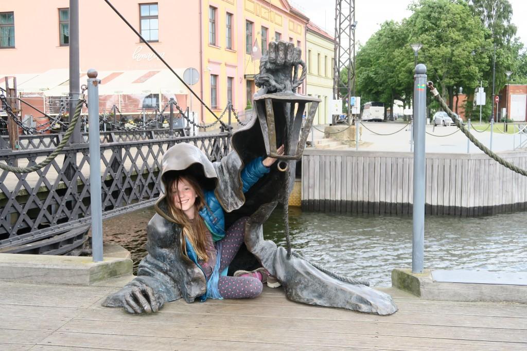 Der Klabautermann kommt über die Hafenmauer gekrochen