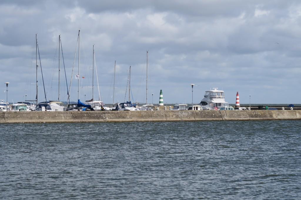 Hafen von Nida und einizges Boot mit Gastlandflagge