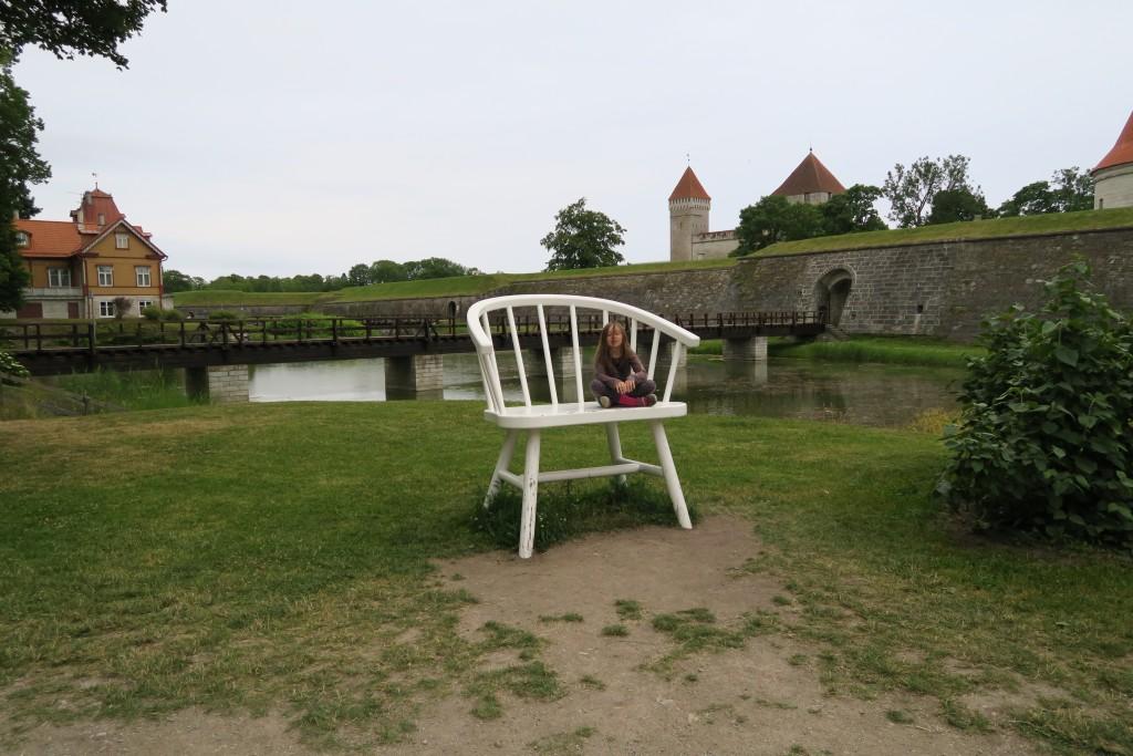 Festungsanlage von Kuressaare mit Stuhl davor