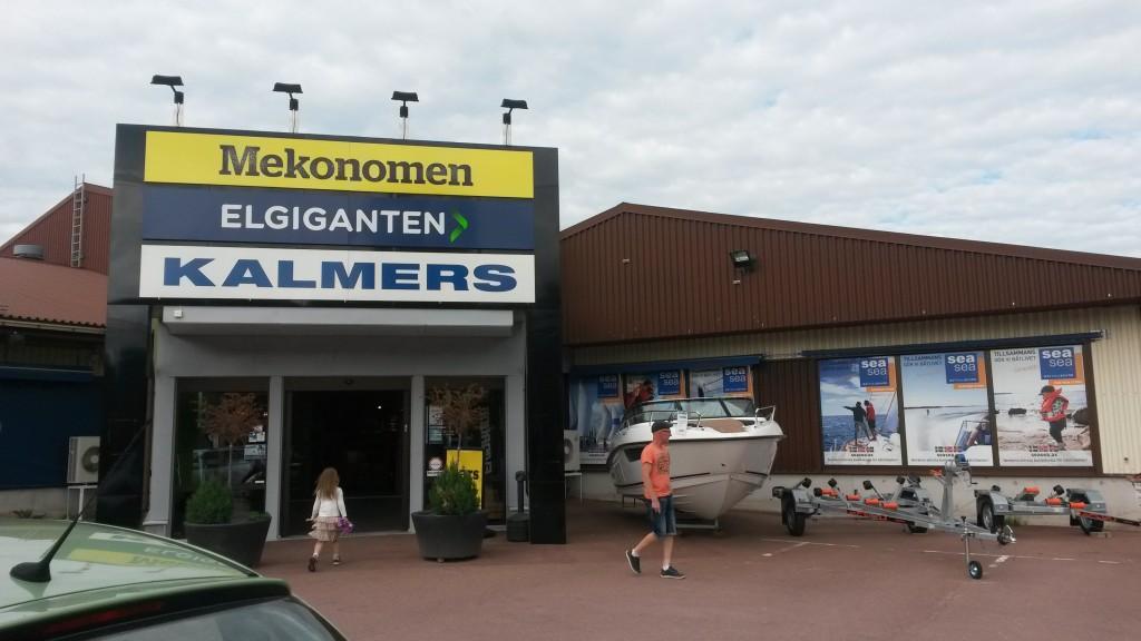 endlich korrekte Verhältnisse: in Mariehamn ist der Bootsausrüster (Kalmers) genauso groß wie Elektronikmarkt und Autozubehörhandel