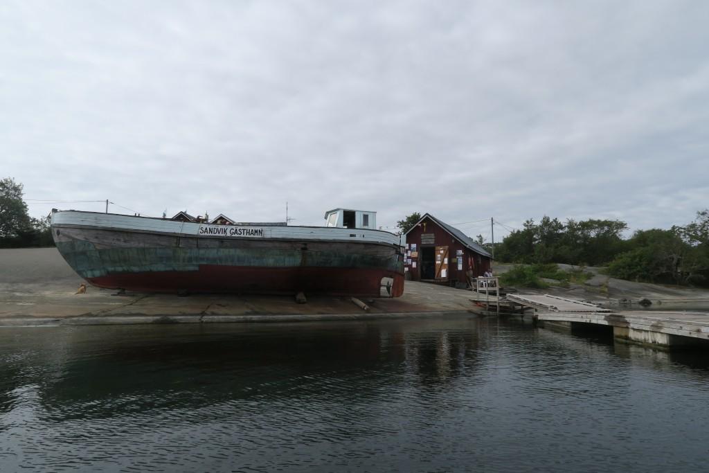 das alte Schiff ist das Hafenschild von Sandvig